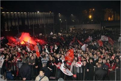 La foule occupe la Place de la Liberté
